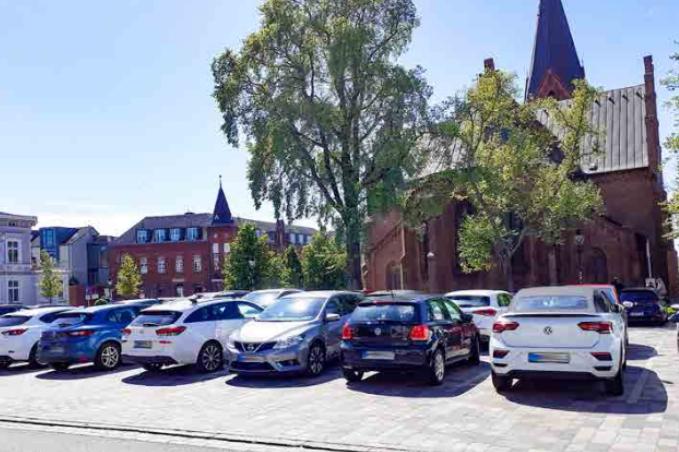 Foto: Zugeparkter Kirchenplatz