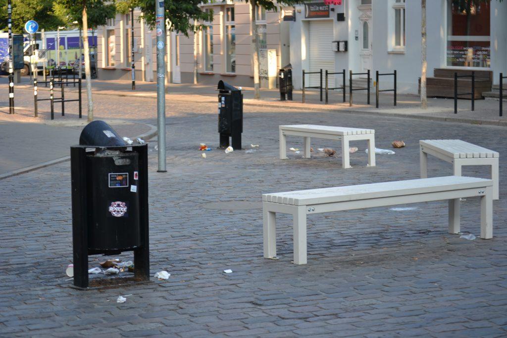 Foto: Müll liegt um drei Bänke herum