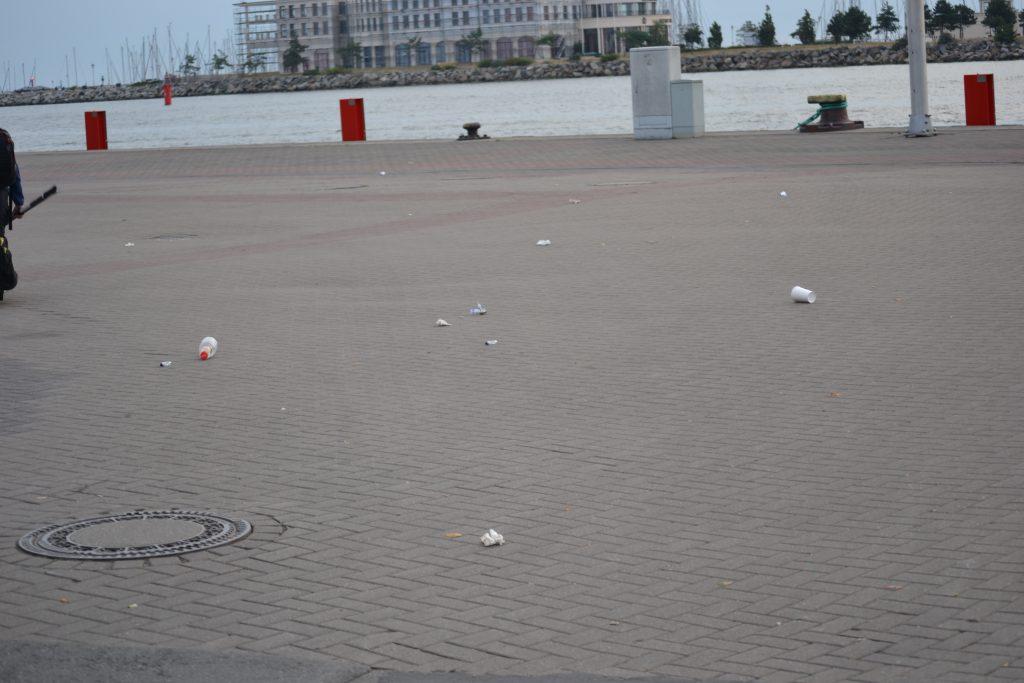 Foto: Müll auf dem Gehweg