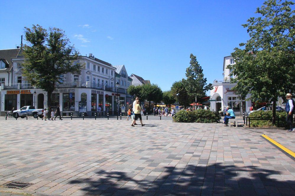 Foto: Neugestalteter Platz vor Kirche