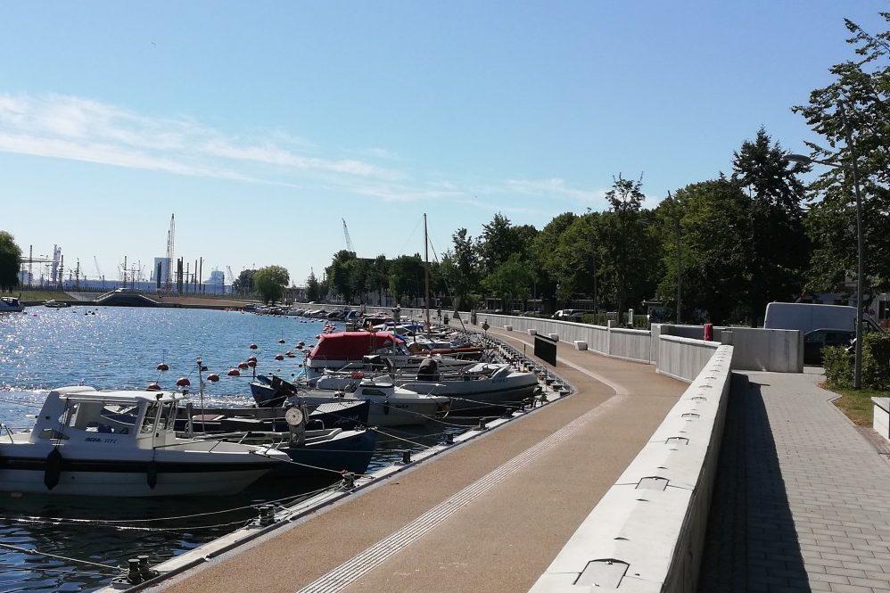 Foto: Begehbare Hochwasserschutzanlage mit Bootsliegeplätzen