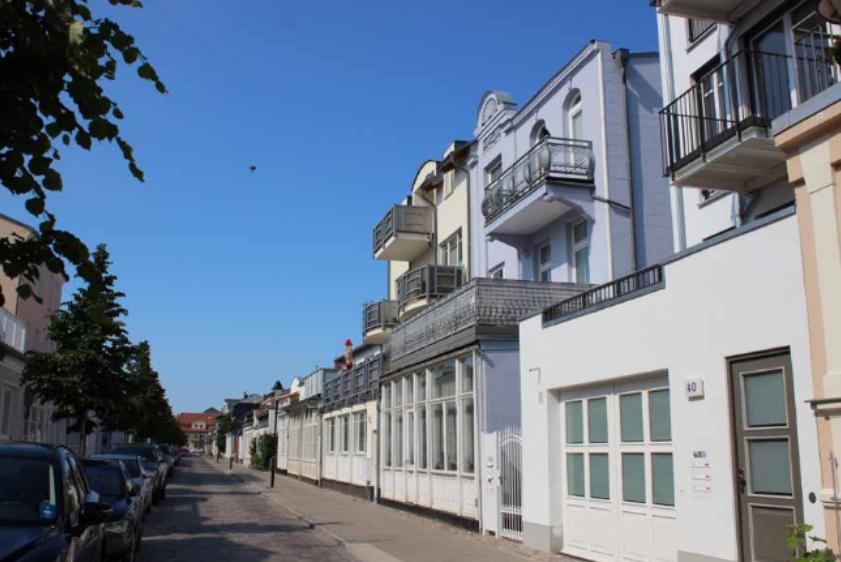 Foto: Straßenzug mit Wohnbebauung