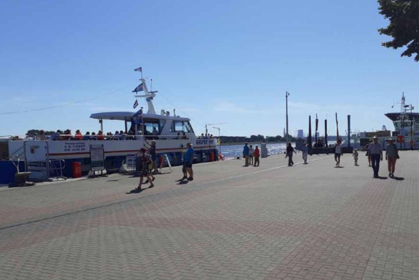 Foto: Ausflugsschiff an Kaikanten Mittelmole