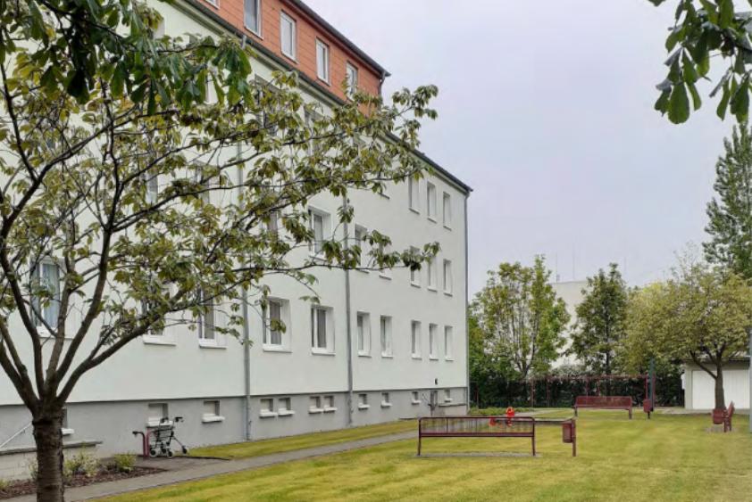 Foto: Rückseite Wohnhaus Rostocker Straße mit Grünfläche
