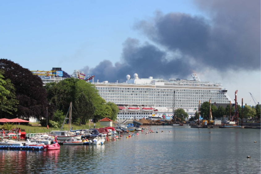 Foto: Festgemachtes Kreuzfahrtschiff bläst dunkle Rauchwolken in den Himmel