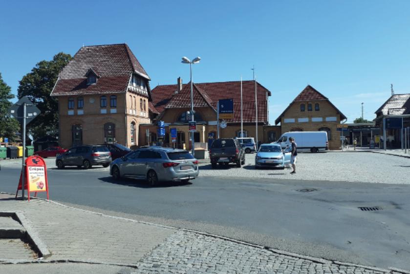 Foto: Bahnhofsvorfahrt mit Freifläche