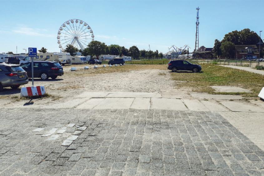 Foto: Parkplatzfläche mit Riesenrad